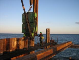 Estacas pranchas em construção marítima
